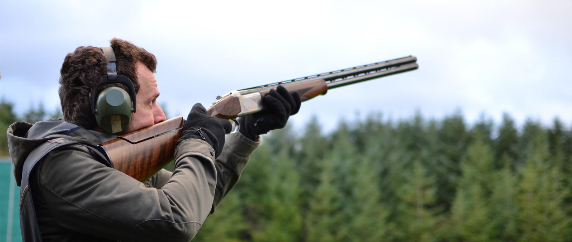 Agyaggalamb lövészet olimpiai trap és skeet pályán az erdőben
