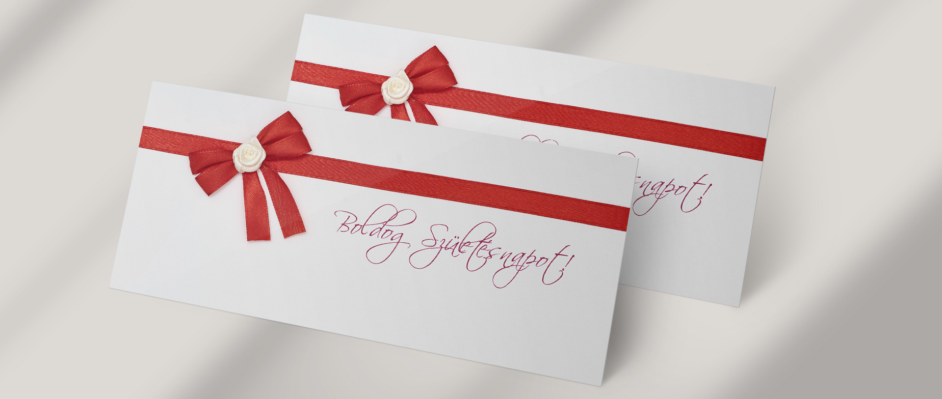 """Francia boríték """"Boldog Születésnapot!"""" felirattal, piros masnival"""