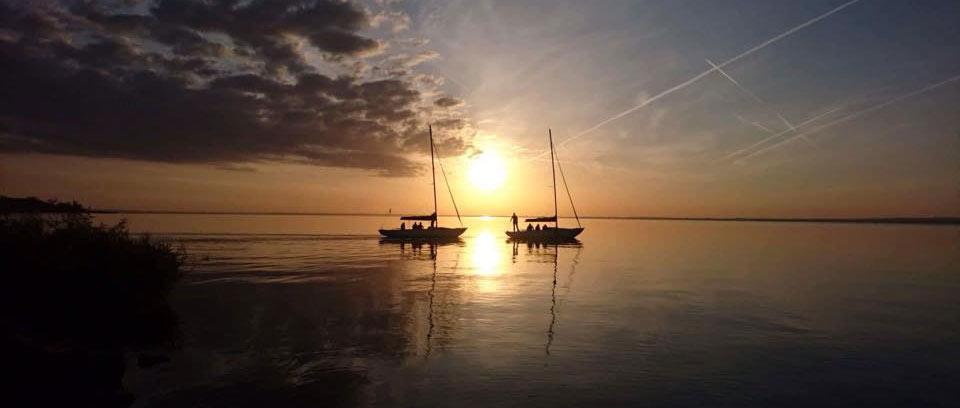 Balatoni élményvitorlázás naplementében